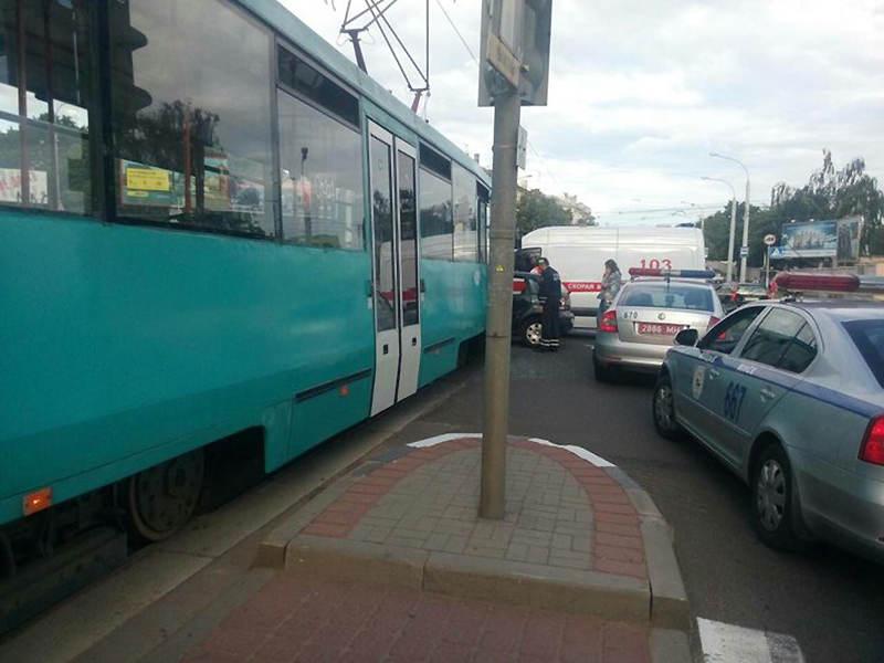 В Минске водитель Volkswagen не пропустила трамвай