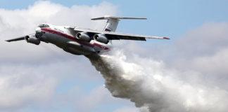 Ил-76 сбросил 40 тонн воды на инспекторов ДПС. Видео