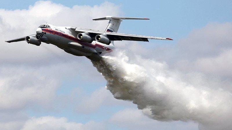Ил-76 сбросил 40 тонн воды на инспекторов ДПС