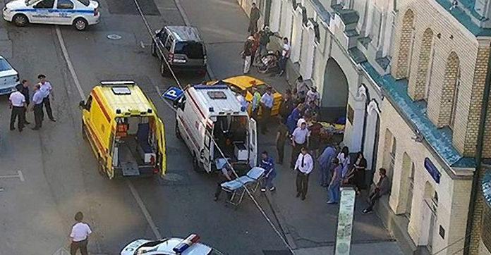 В Москве таксист въехал в толпу людей