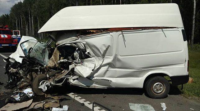 В Слуцком районе микроавтобус врезался в автомобиль дорожной службы