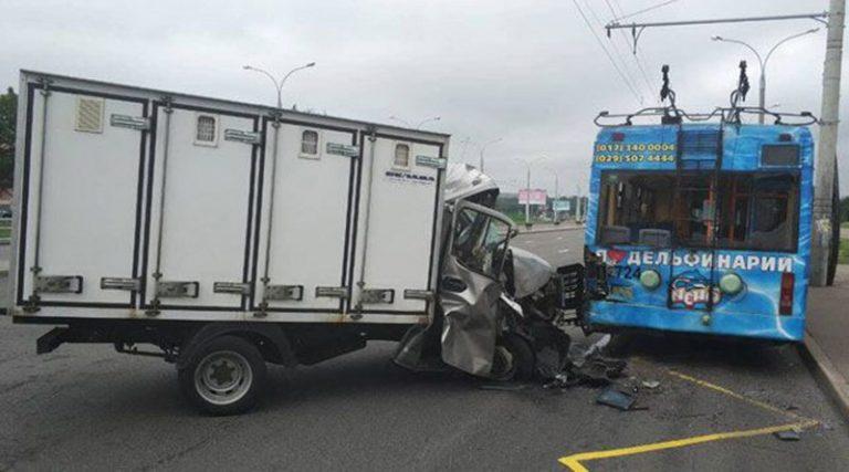 В Минске столкнулись грузовик и троллейбус. Пострадала девочка