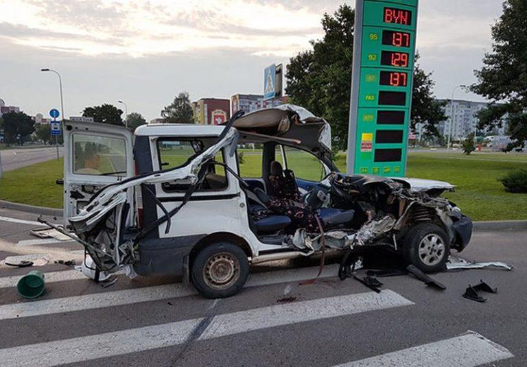 Возле Жодино фура столкнулась и легковым автомобилем