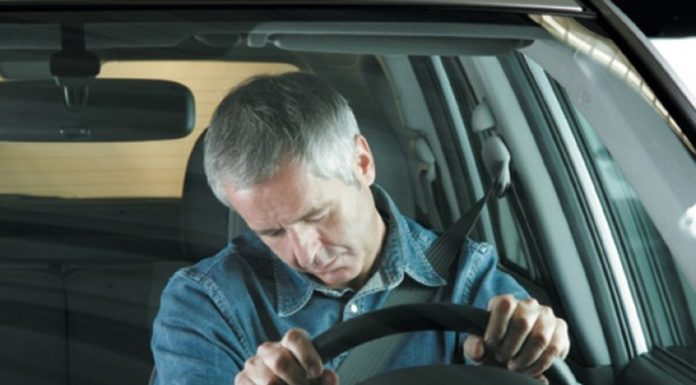 Ученые назвали причину сонливости за рулем