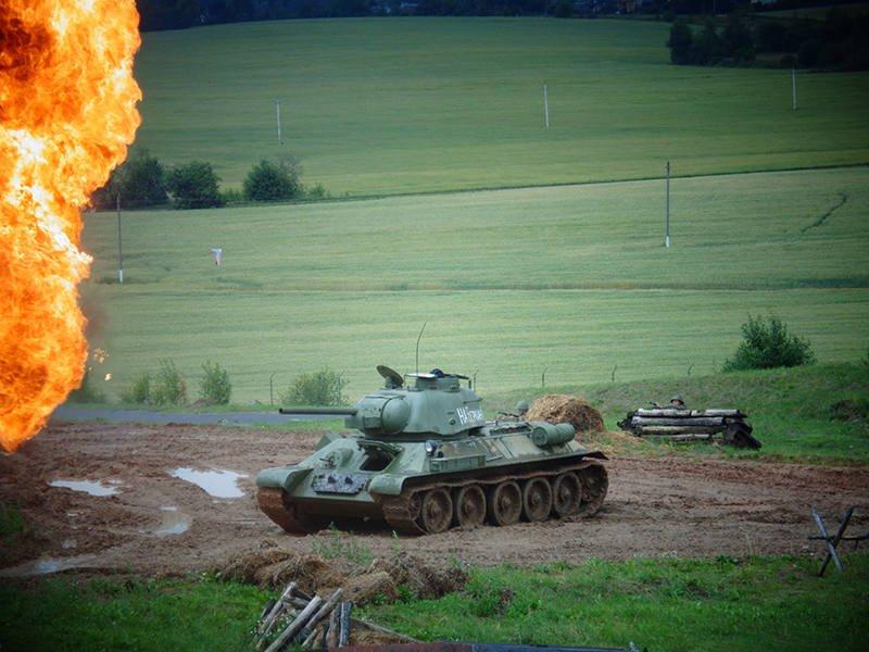 В бою советский танк Т-34