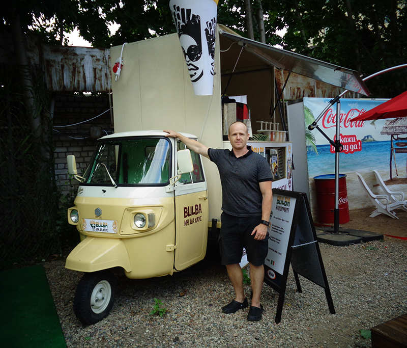 Евгений Скакун вместе с трициклом Piaggio Ape