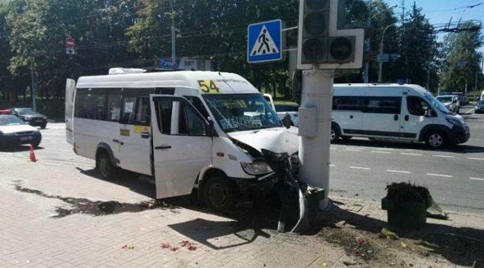 В Минске маршрутка с пассажирами въехала в столб