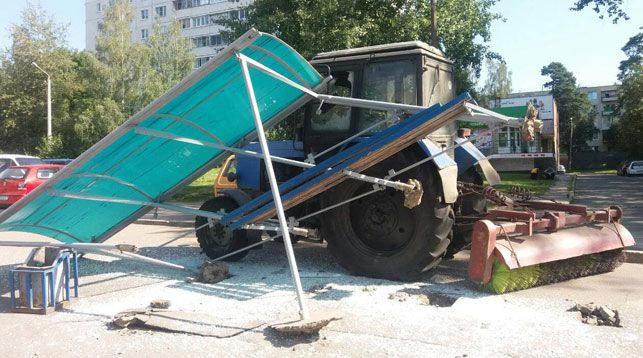 В Минске трактор снес остановку на улице Острошицкой