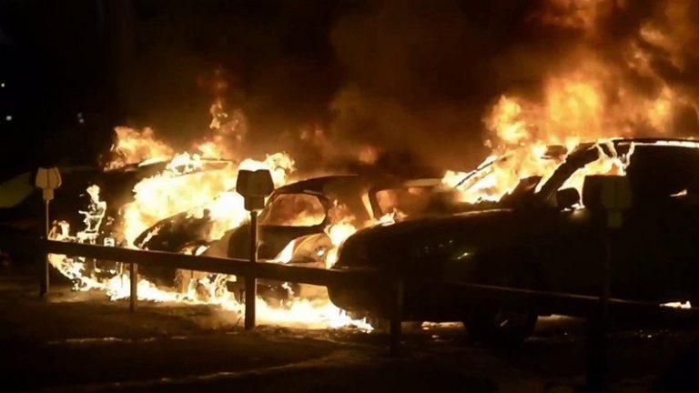 За ночь в Швеции сожгли почти 100 машин