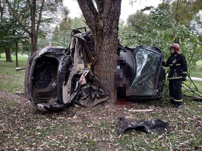 В Минске Mazda 6 влетела в дерево
