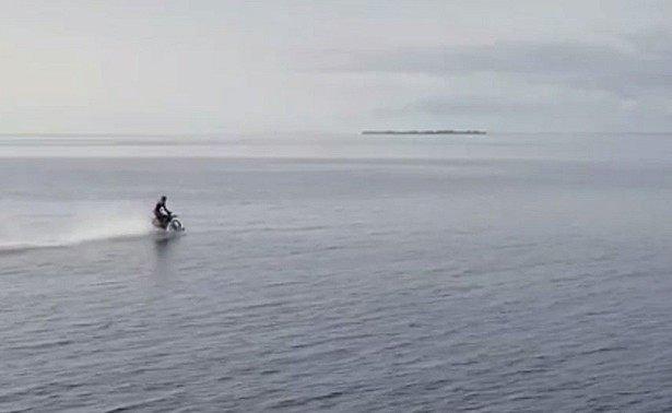 Мотоциклист разогнался и проехал по поверхности воды