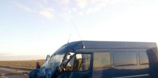 На Украине микроавтобус въехал в кран