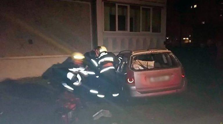 В Лиде Peugeot влетел под балкон жилого дома