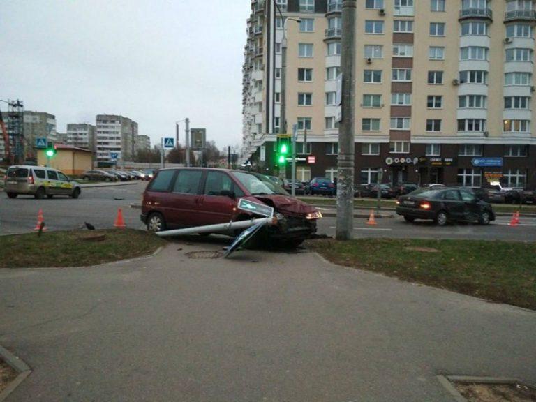 В Минске автомобиль вылетел на тротуар и сбил четырех детей