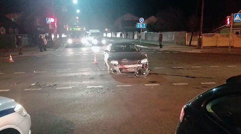 Lexus перевернулся после столкновения с Audi