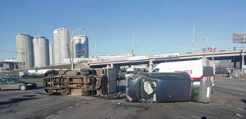 На ул. Домашевской перевернулись два автомобиля