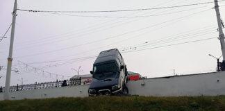 В Витебске Джип повис на ограждении рядом с мостом