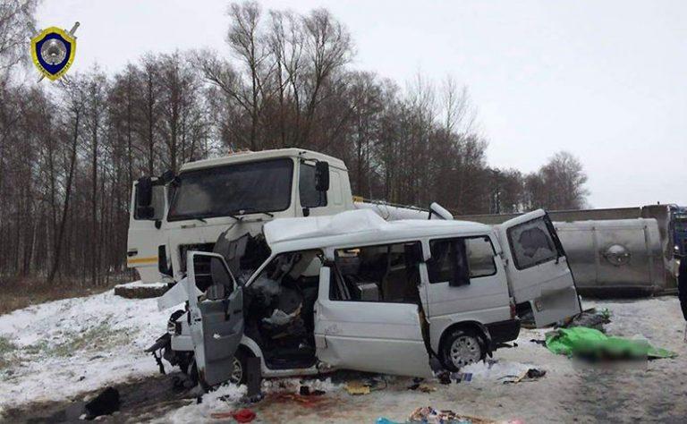 На М-10 микроавтобус влетел под молоковоз: погибли пять человек