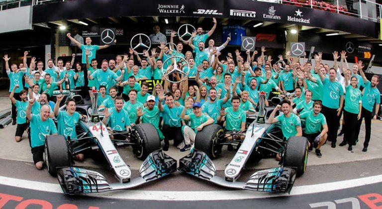 Команда Mercedes празднует победу в Кубке конструкторов
