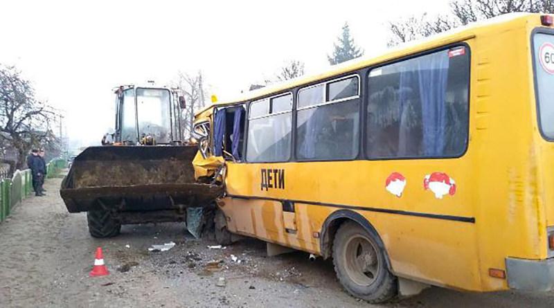 столкнулись школьный автобус и погрузчик
