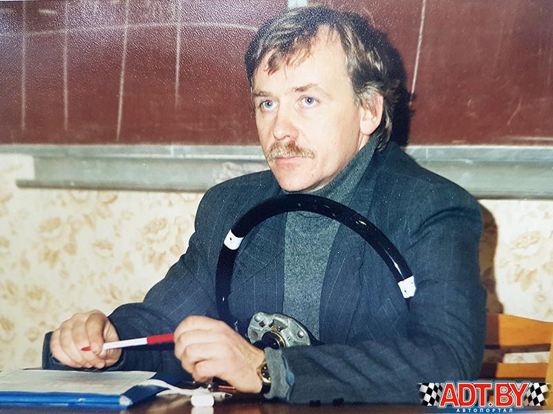 Сергей Овчинников проводит занятия в академии физвоспитания