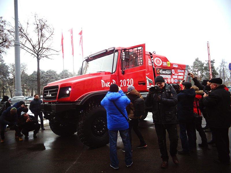 МАЗ-6440RR в окружении журналистов