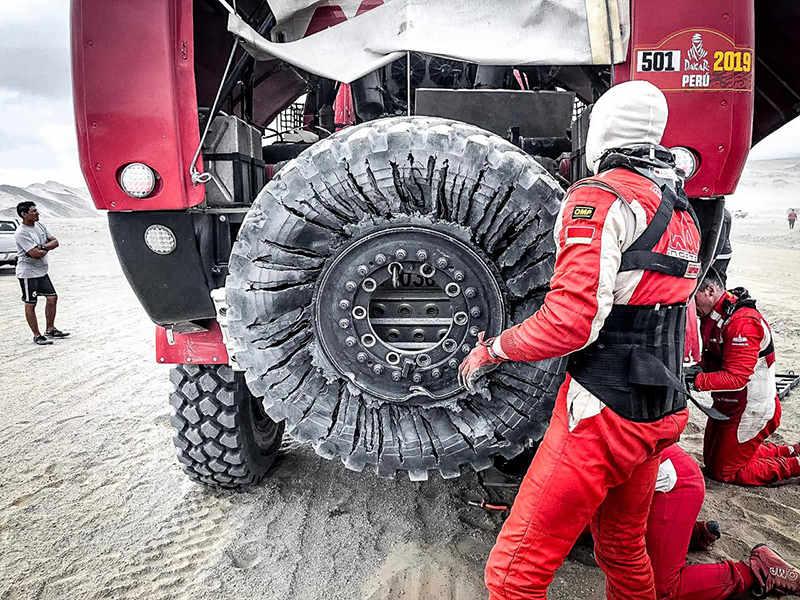 Белорусы на пробитом колесе приехали вторыми на этапе «Дакара»