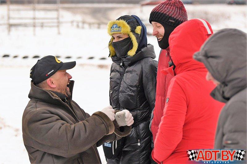 Участники обсуждают моменты гонки