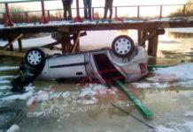 Rover упал с моста в водоем