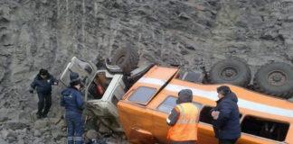 В Кузбассе автобус с шахтерами упал с многометровой высоты