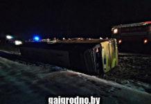 Под Островцом опрокинулся автобус с пассажирами