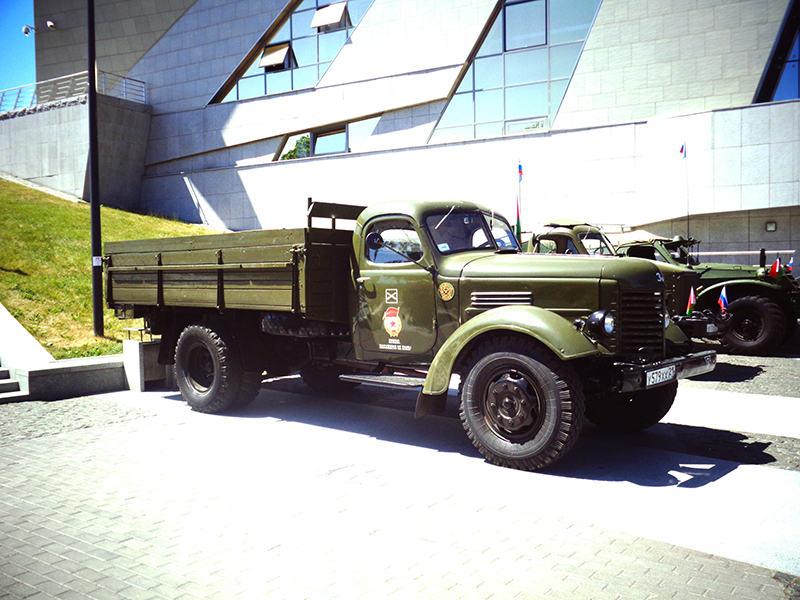 грузовой ретро автомобиль ЗИС-150