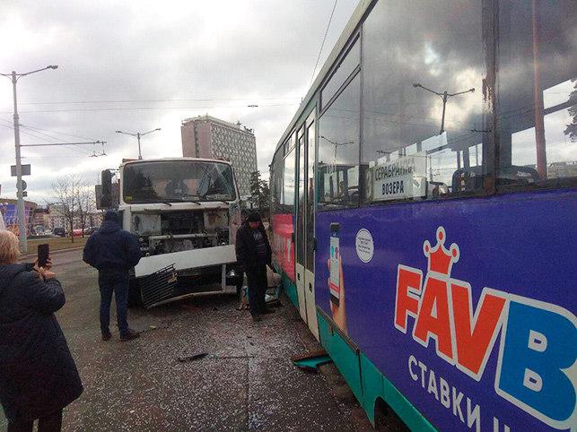 В Минске МАЗ въехал в трамвай