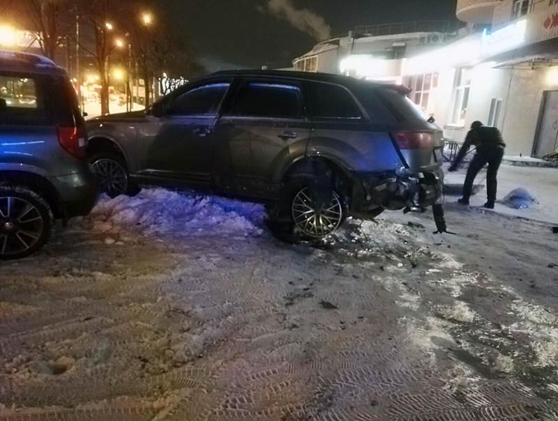 Кусок колеса Audi выбил окно