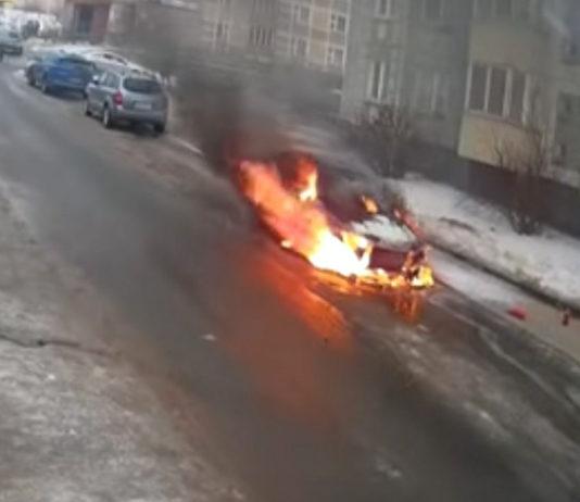 В столичном дворе открытым пламенем горел автомобиль