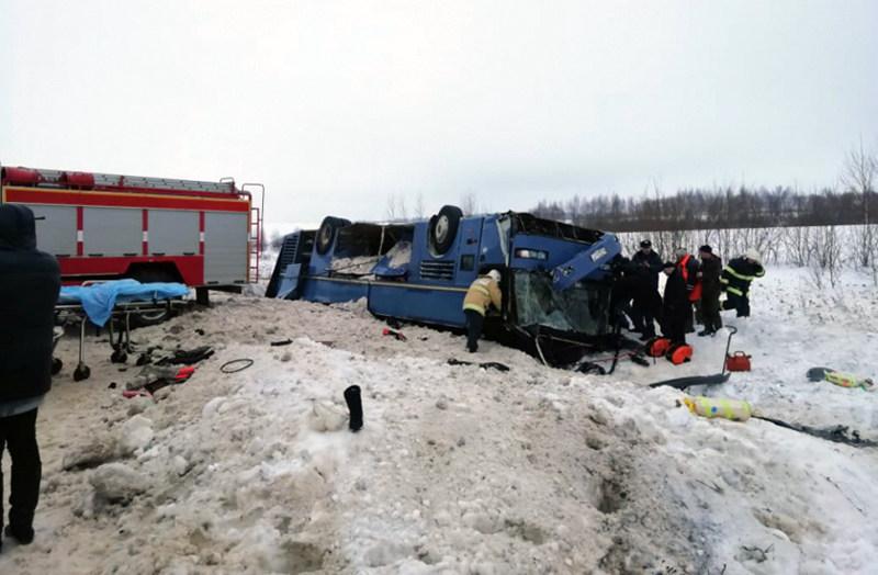 Под Калугой перевернулся автобус с группой детей: погибло семь человек