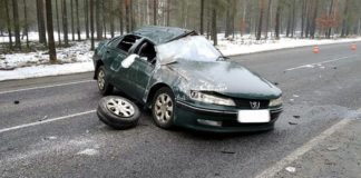 В Гомельской области на автодороге Р36 перевернулся Peugeot