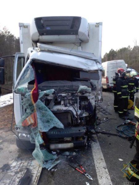 На трассе М10 столкнулись грузовик и микроавтобус. Водителей деблокировали.