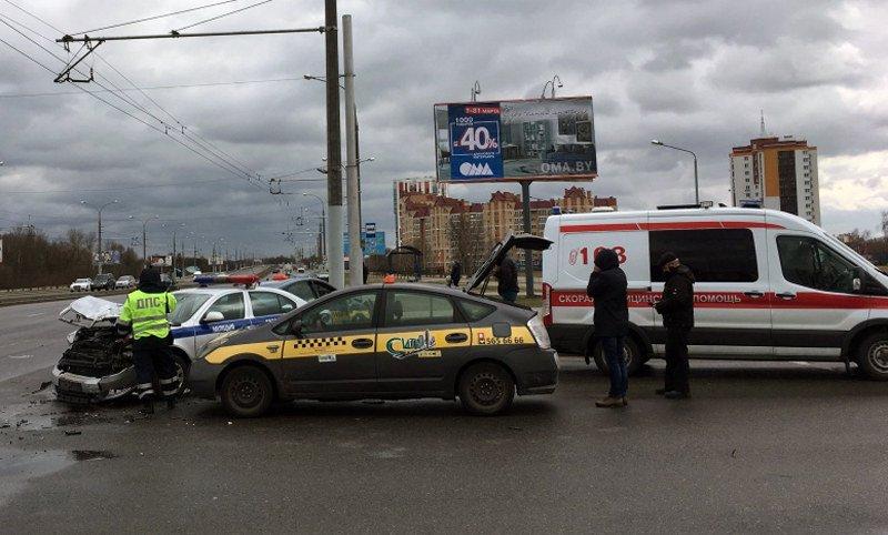 В Бресте столкнулись автомобили такси и ГАИ