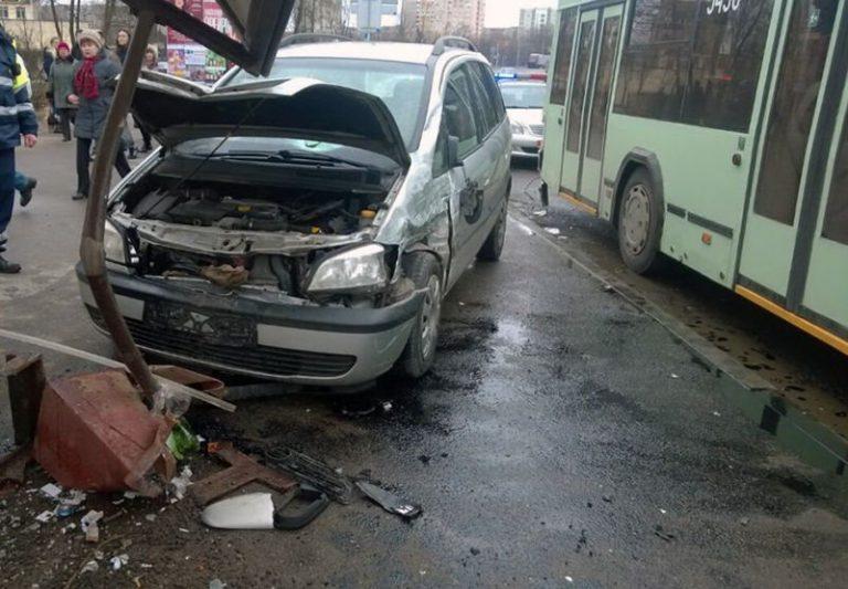 На Ванеева Opel врезался в троллейбус и выехал на остановку