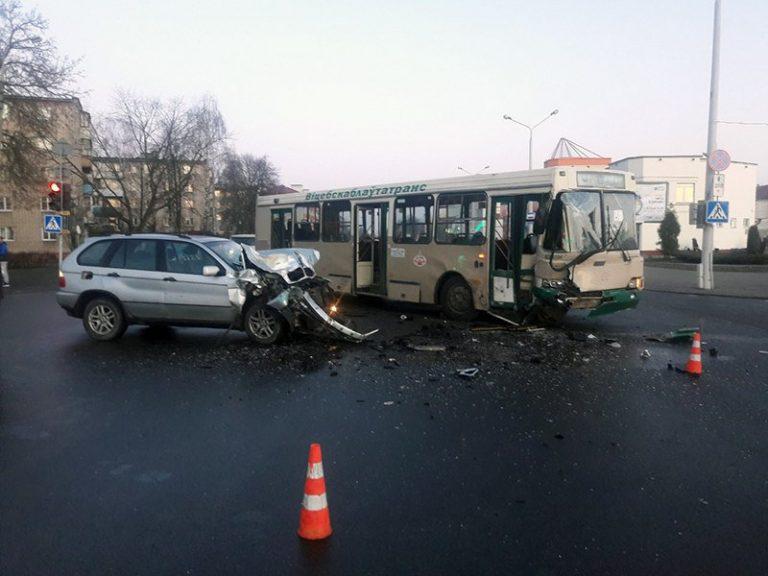 В Полоцке кроссовер BMW въехал в автобус