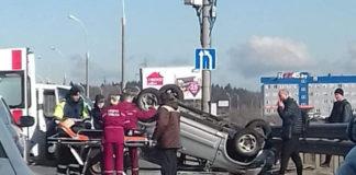 На МКАД в результате аварии автомобиль опрокинулся на крышу
