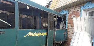 Под Борисовом рейсовый автобус въехал в частный дом