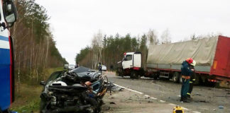 столкнулись грузовик Volvo и легковой автомобиль Volkswagen