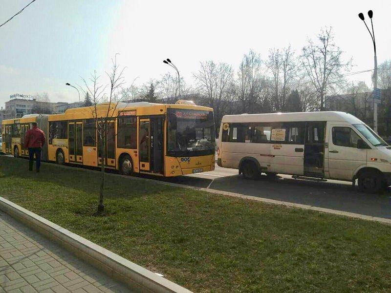 Водитель маршрутки не уступил дорогу автобусу в Минске: произошло ДТП