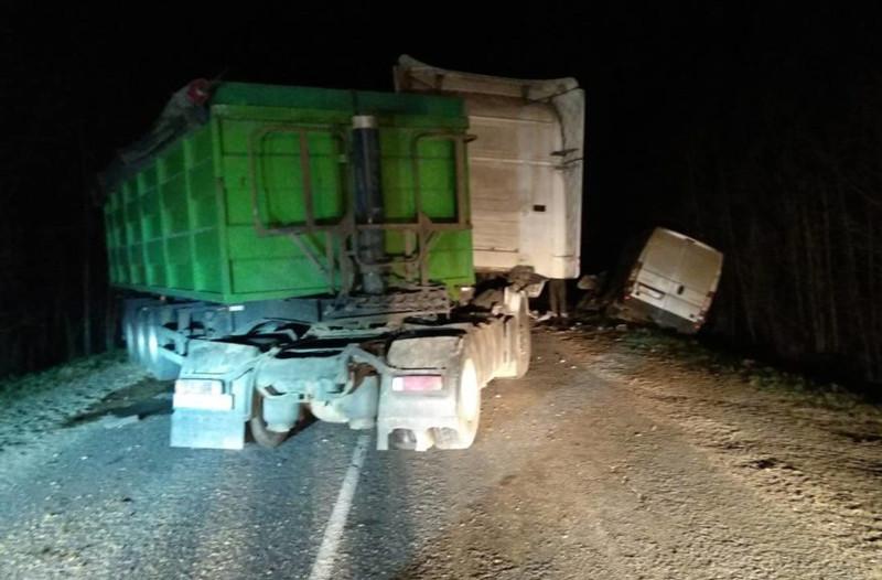 столкнулись автопоезд Scania и микроавтобус
