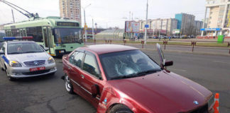 В Серебрянке BMW вылетел на остановку