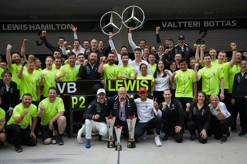 Команда Mercedes празднует очередной двойной успех