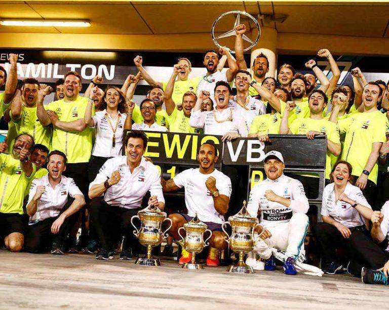 Команда Mercedes празднует дубль