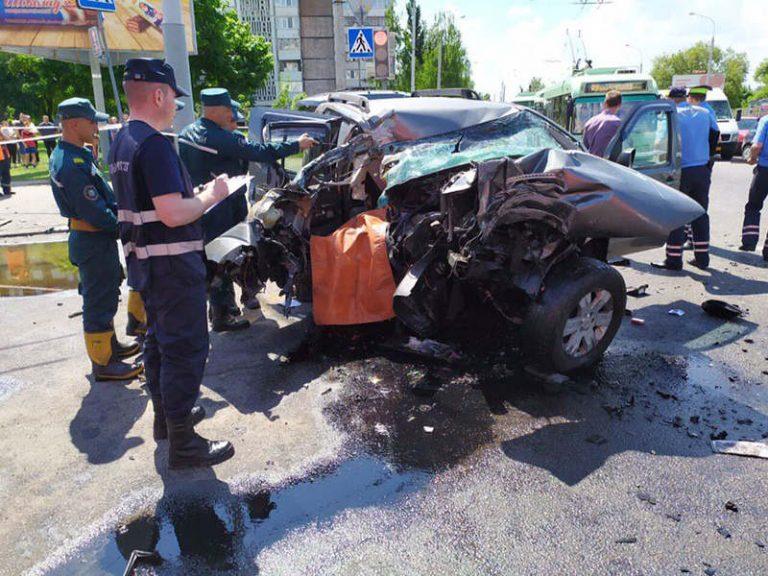 В Гомеле Nissan влетел в столб: пассажир погиб